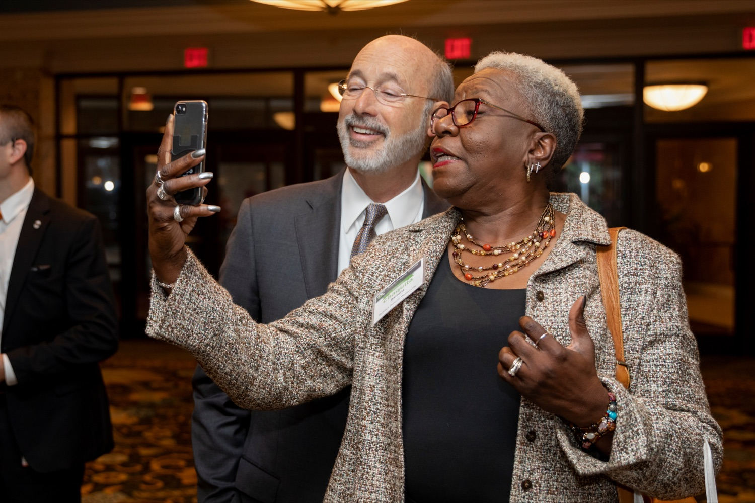 """<a href=""""http://filesource.abacast.com/commonwealthofpa/photo/17520_LandI_Apprenticeships_NK_005.JPG"""" target=""""_blank"""">⇣Download Photo<br></a>Pennsylvania Governor Tom Wolf takes a selfie with Chaquita Barnett, of Builders Guild of Western Pennsylvania, during the 2019 Pennsylvania Apprenticeship Summit at Hershey Lodge on Thursday, October 31, 2019."""